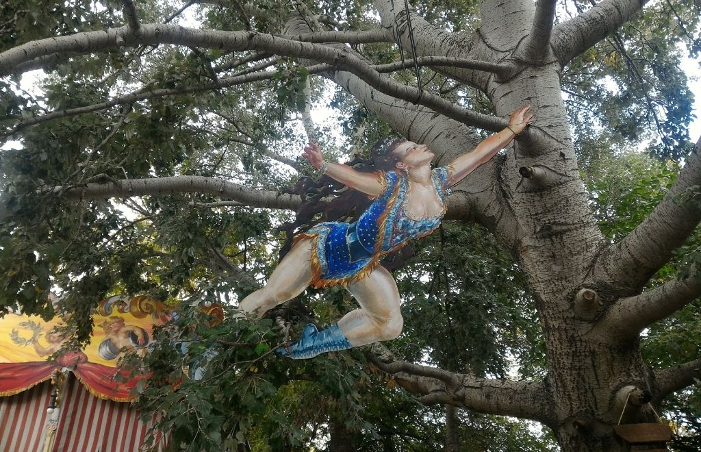 אובייקטים מעניינים בוינה- אישה על עץ